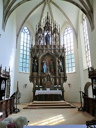 ... a presbytář kostela v roce 2015