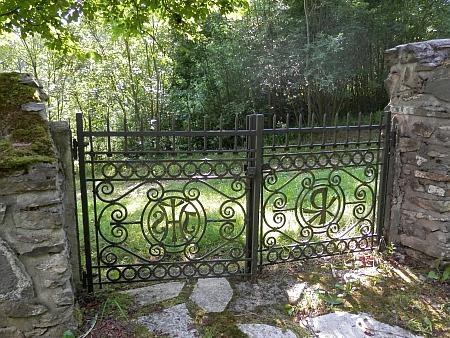 Renovovaný, ale i tak zpustlý hřbitov vPřední Výtoni