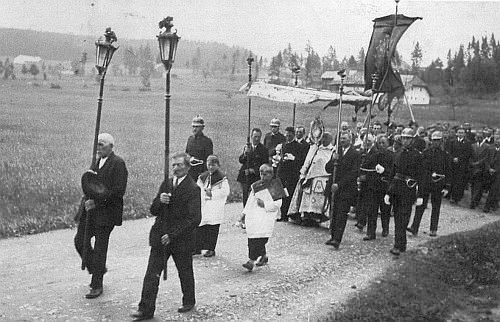 """Průvod """"o Božím Těle"""" v Přední Výtoni 1936: monstranci nese P. Engelbert Plöchl, umučený roku 1942 nacisty v Dachau"""