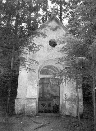 Vyrabovaná kaple na vrchu zvaném Kreuzberg uPřední Výtoně, jak vyhlížela v roce 1999