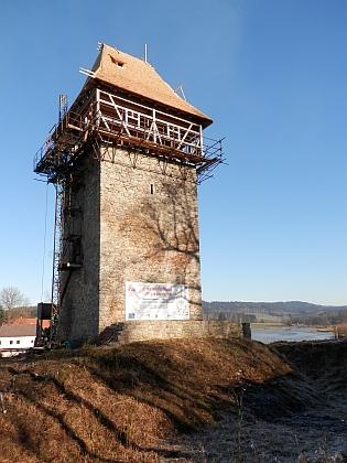 Postupně rekonstruovaná věž tvrze v Tiché na snímku z roku 2021