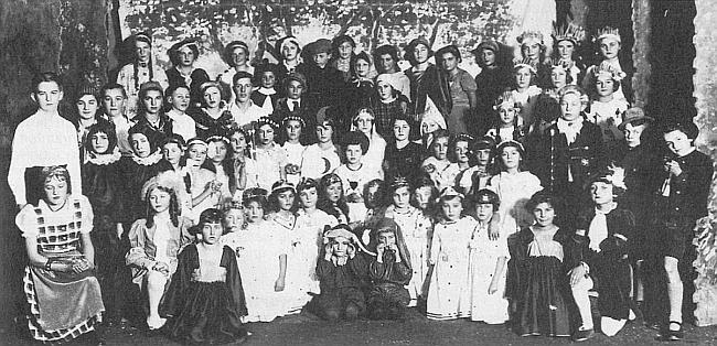 Divadelní představení vyšebrodských dětí v hotelu Böhmerwald někdy ve školním roce 1938/1939
