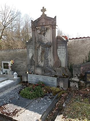 Hrob rodiny Mikešovy na dobrovodském hřbitově