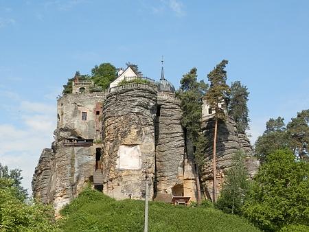 Skalní hrad nad rodným domem
