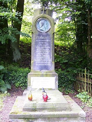 Jeho hrob na hřbitově za obcí Sloup v Čechách