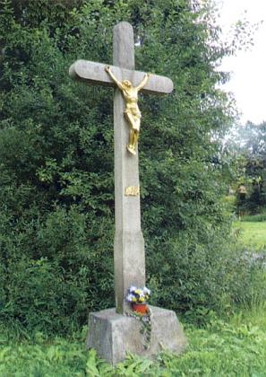 Kamenný kříž při cestě