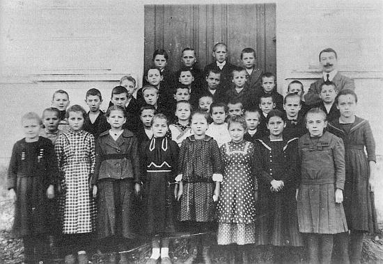 Maminka Johanna stojí roku 1926 celá v bílém ve druhé řadě se spolužáky jednotřídky v Jaroměři (ta budova dosud stojí) a panem učitelem Hansem Morawetzem