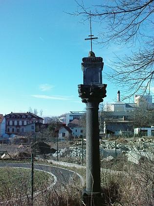 Boží muka na Pražské třídě o 2 kilometry dále u českobudějovické Severní zastávky nasnímku z roku 2011...