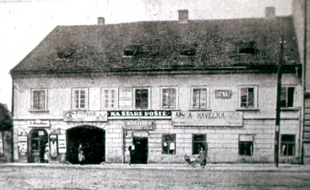 """Jeho rodný dům Na staré poště v Českých Budějovicích byl roku 1959 zbořen, aby ustoupil tzv. """"Koldomu""""..."""