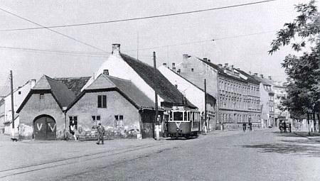 """... táž scenérie """"od jihu"""" na tramvajové zastávce """"Staroměstská"""" sto let po Millauerově smrti, roku 1942..."""