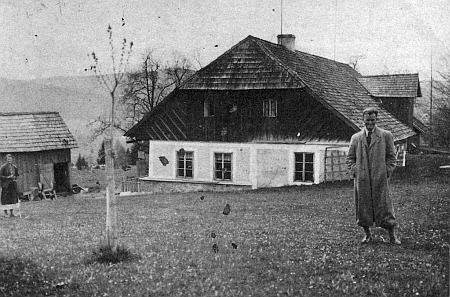Někdejší chalupa Ilsiny rodiny v Hrabických Ladech na snímku z doby druhé světové vlálky a dnes