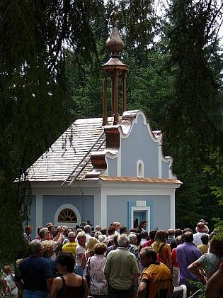 Zavěšování zvonu v kapli s. Anny u Borových Lad včervenci roku 2006