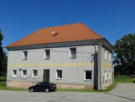 Budova bývalé německé školy ve Strýčicích (čp. 8) na snímku z roku 2014
