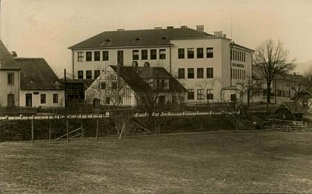 Škola ve Vyšším Brodě na pohlednici z třicátých let 20. století
