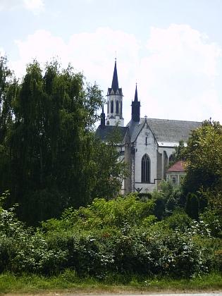Klášterní kostel Nanebevzetí Panny Marie ve Vyšším Brodě, jen zdánlivě skrytý mezi stromy