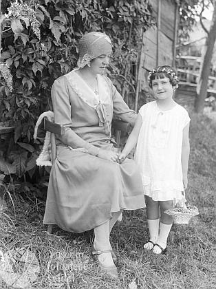 """Na tomto Seidelově snímku datovaném 19 června roku 1930 je připsáno """"Minich Lehrerin Hohenfurth"""" tj.""""učitelka Minichová z Vyššího Brodu"""", (viz i Erika Liedl-Beckerová)"""