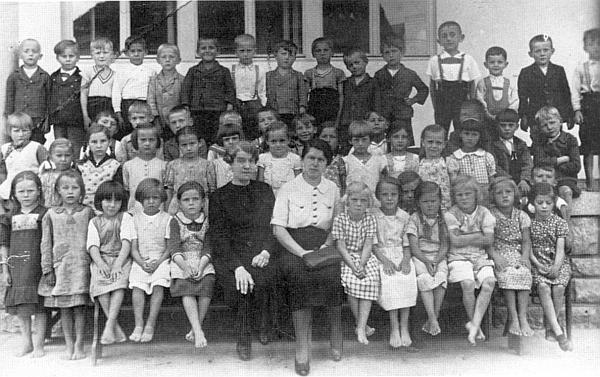 Se žáky 1. třídy ročníku narození 1930 sedí tu v první řadě celá v černém
