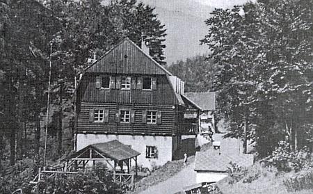 Takto zachytil chatu v Holzschlagu snímek z roku 1945