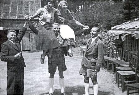 Paní Minková a její sestra na ramenou jednoho z hostí chaty vHolzschlagu na snímku pořízeném někdy před rokem 1938