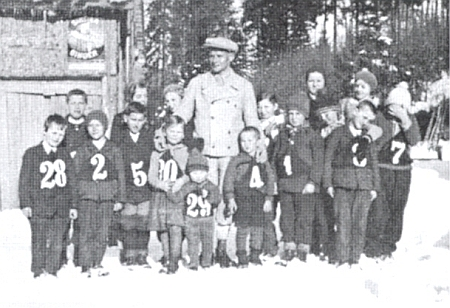 Zřejmě Fritz Mink s dětmi z Holzschlagu při lyžařských závodech roku 1934 - v pozadí vede odtud cesta k Plešnému jezeru