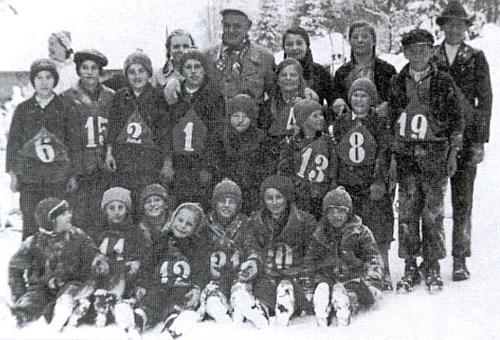 I tady je zachycen s dětmi z Holzchlagu někdy v roce 1936 jako pořadatel závodů v běhu na lyžích