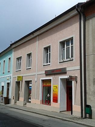 Rodný dům jeho ženy v Nových Hradech na snímku z roku 2016 (dnes Česká ulice 64)