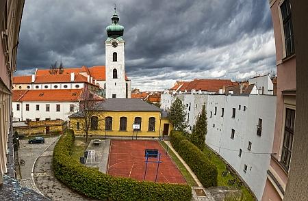 Na svou dobu velice moderní tělocvična gymnázia v České ulici, zaní Bílá věž a klášterní kostel Obětování Panny Marie