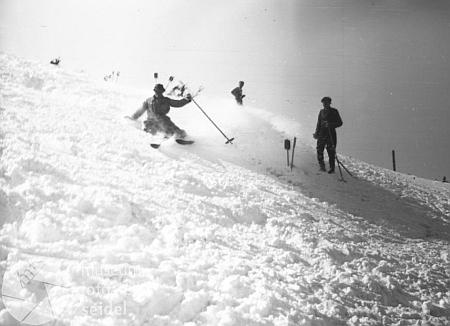 Lyžaři na Šumavě na snímcích z fotoateliéru Seidel