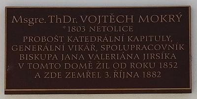 Pamětní deska na někdejší kanovnické rezidenci na rohu Kanovnické a Kněžské ulice v Českých Budějovicích