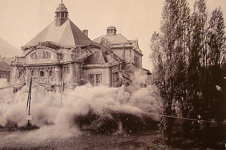 Městské divadlo v Mostě na staré pohlednici a okamžik jeho zániku v roce 1982