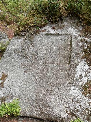 Kameny na Medvědí stezce a Medvědí cestě (Bärenstrasse), připomínající cestu korunního prince Rudolfa po Šumavě v roce 1871