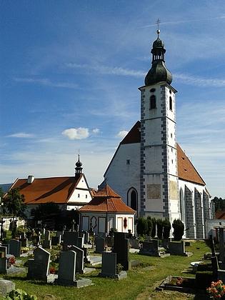 Kostel Nanebevzetí Panny Marie v Kájově, vlevo kostelík Smrti Panny Marie, před ním hřbitovní kaple sv. Terezie