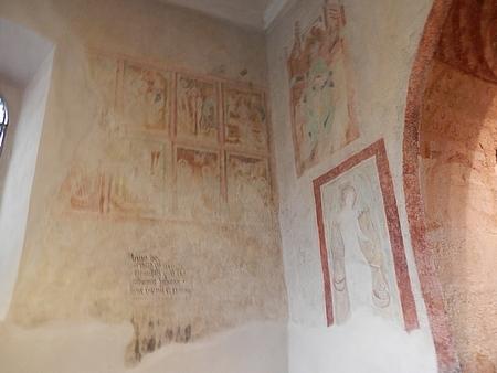 Interiér kostelíku Smrti Panny Marie a gotické fresky odkryté při rekonstrukci