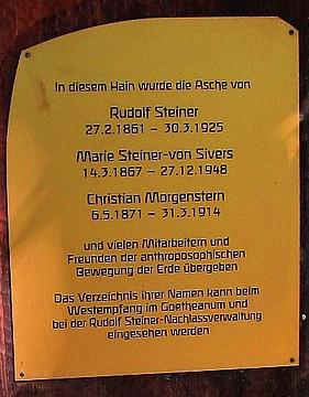 """Jeho popel byl rozptýlen ve vzpomínkovém háji u """"Goetheana"""" ve švýcarském Dornbachu"""