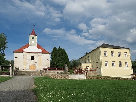 Škola v Terčí (dnes Pohorské) Vsi, vlevo kostel sv. Linharta