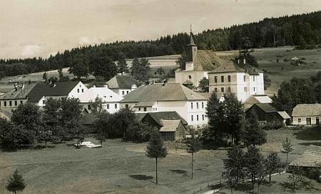 Na této pohlednici pohlednici krumlovského fotoateliéruWolf z roku 1923 je kostel v dnešní Pohorské Vsi kryt ještě došky avěž nemá hodiny