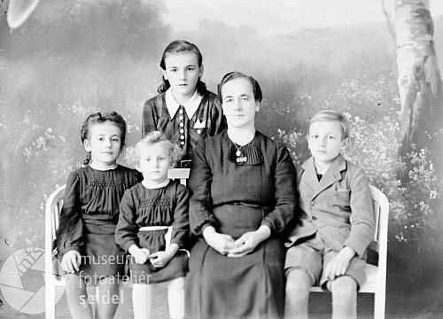Anna Motzko na snímku ze Seidelova fotoateliéru s datem 9. listopadu 1944