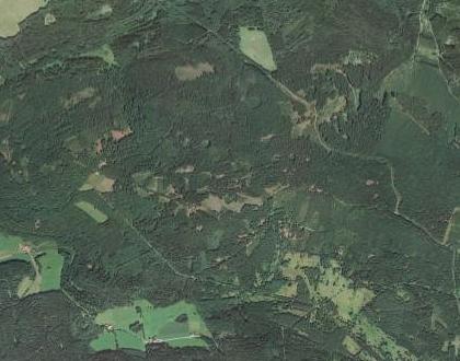 Tady někde mezi zaniklými Zadními Chalupami a Svatou Kateřinou stával Ganglhof, v krajině zachycené zde na leteckých snímcích z let 1949 a 2008