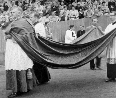 Záběry z jeho uvedení do úřadu prvního papežského nuncia v poválečném Německu