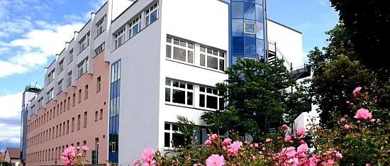 Gymnázium Josefa von Fraunhofera v Chamu, jehož byl ředitelem, má adresu Dr.-Muggenthaler-Straße 32