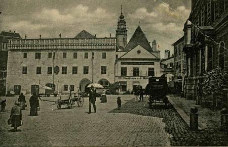 Takto zachytil dům čp. 1 na českokrumlovském náměstí v roce 1902 Josef Seidel