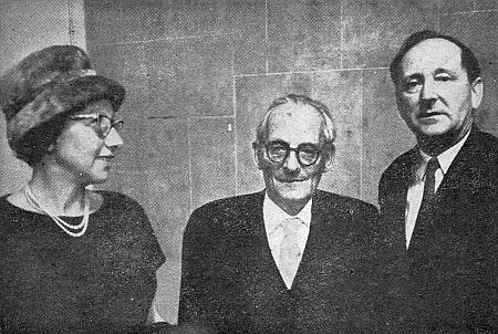 V šedesátých letech minulého století s Maxem Brodem a jeho sekretářkou paní Ester Hoffeovou, které Brod před svou smrtí v roce 1968 svěřil pozůstalé písemnosti Franze Kafky
