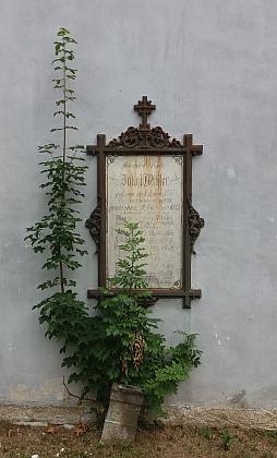 Náhrobní deska na zdi hodňovského kostela