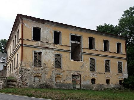Čp. 22 nese dodnes v Hodňově budova někdejší školy - chátrající stavba nahradila tu, která pamatovala pana učitele Müllera