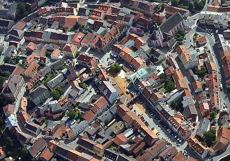 Letecký pohled na městské centrum jeho rodiště