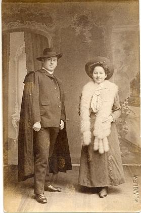 """Emil (*1885) a Martha (*1888) na snímku z """"konkurenčního"""" českokrumlovského fotoateliéru J. Wolf, datovaném 28.října roku 1906"""