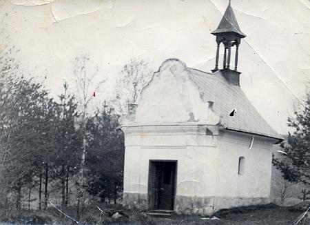 Jiný, docela vzácný snímek kaple v Pěkné někdy z poválečných let, dokud ještě stála...