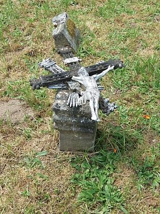 Dva záběry ze hřbitova v Pěkné (2017)