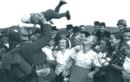 Touto radostnou říjnovou nedělí 1938 na vltavském mostě u Pěkné pro místní obyvatele leccos začalo končit (snímek z nacistické propagační publikace)