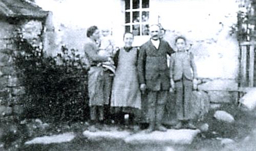 Jako dítě v kruhu své rodiny před rodným domem v Sandlu (adresa Viehberg čp. 5)